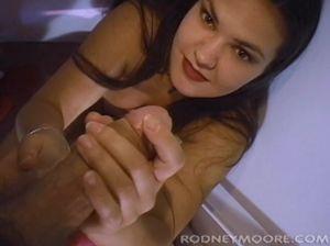 Домохозяйка минетит длинный хуй и получает его в задницу