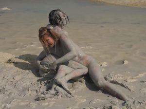 Две красотки борются в грязи на берегу реки