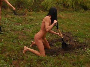 Хозяйка заставляет рабыню работать и ссыт ей на лицо