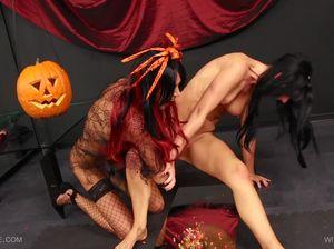Извращенки отмечают Хеллоуин при помощи вибратора и острых кнопок