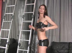 Милфа готовится к БДСМ, раскрашивая тело и наряжаясь