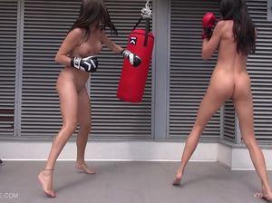 Неопытные боксерши получают кайф от ударов и куннилингуса