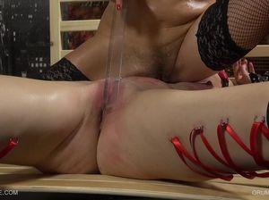 Рыжей богине прокололи степлером ляжки, чтобы сделать повязочки
