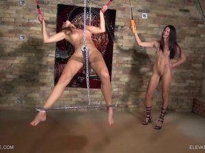 Лесбуха подвесила девку на цепь и доминирует над ней