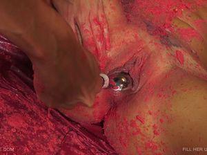 Хлоя стонет от литра расплавленного воска во влагалище