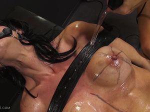Мазохистка получает массаж больших доек раскаленной трубкой