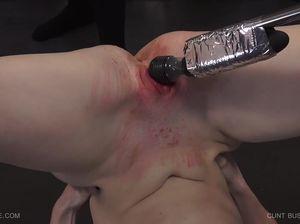 Мазохистка Тилли получает сильные удары плетью по промежности