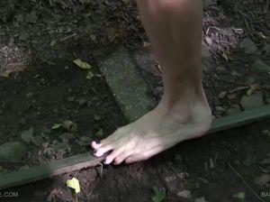 Мазохистка устроила пешую прогулку по острым колючкам