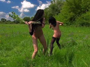 Голые девушки дерутся на природе и устраивают борьбу