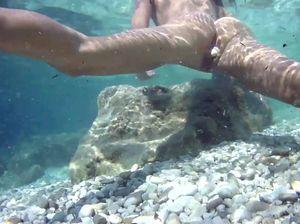 Женская мастурбация под водой с булыжником в вагине