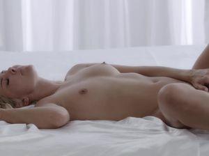 Лиза трогает лысую киску и ласкает клитор с утра пораньше
