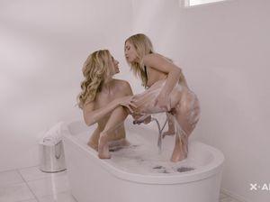Две ослепительные блондинки доводят одна другую до оргазмов в ванне