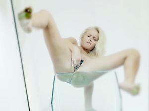 Красивая блонда нежно мастурбирует мокренькую пилотку