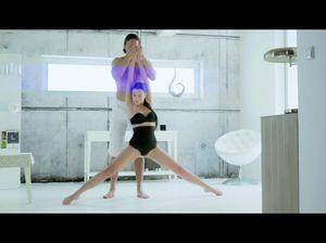 Гибкая гимнастка отдается тренеру в необычных позах