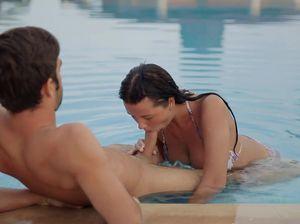 Парочка увлеченно занялась сексом в открытом бассейне