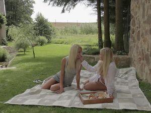 Подружки приехали на пикник и потрахались на природе