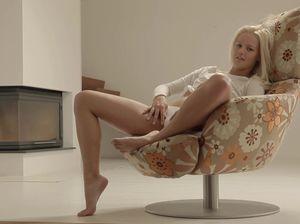 Привлекательная 18-летняя цыпочка неспешно дрочит на кресле