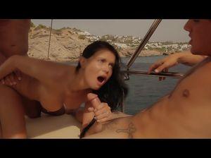 Страстный секс втроем на яхте в открытом море запомнится надолго