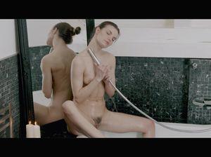 Придя в ванную комнату, девонька мастурбирует струей воды