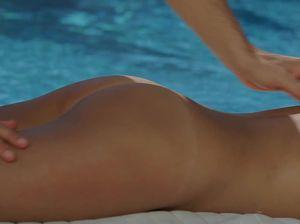 Зрелый серфер сношает горячую брюнетку около бассейна