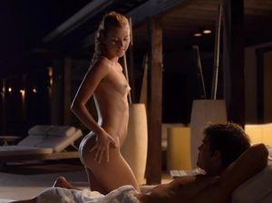 Девка в бикини занялась сексом с любовником в вечернем полумраке