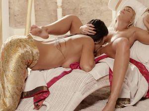 Загорелые сучки полируют язычками друг другу киски
