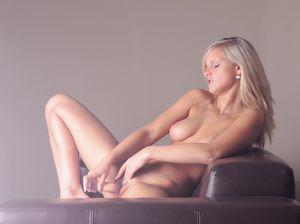 18-летняя красотка поебывает саму себя стеклянным хуем