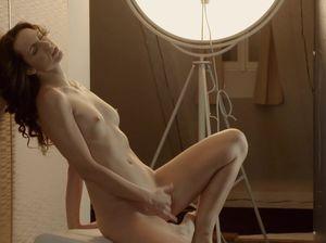 Соблазнительная модель принялась мастурбировать в фото студии