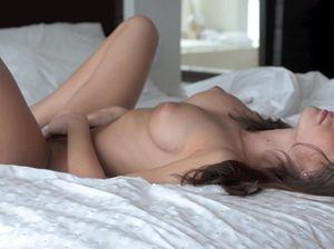 Цыпочка с набухшими сосками бодро онанирует в своей постели