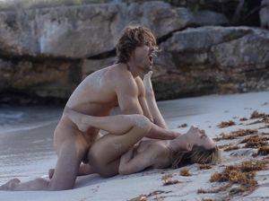 Дикая ебля любовников на безлюдном песчаном пляже