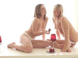 Романтическое свидание двух красивых лесбиянок