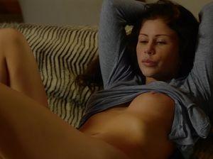 Бесстыдница Джулия показала возбуждающее соло на диване