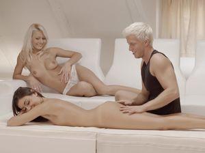 Везучий блондин ебет сразу двух красивых телок