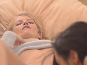 Две нежные лесби ласкаются на большой кровати