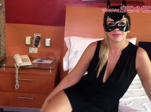 Женщина кошка в маске оседала хуй своего бойфренда