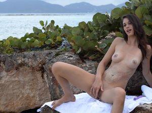 Стройная Нэнси ловко мастурбирует на берегу океана