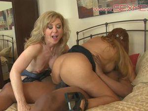 Две зрелые дамы ебутся со здоровенным негром