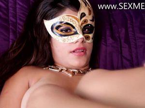 Грудастая сучка в карнавальной маске подставила свою дырень