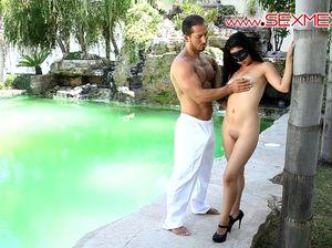 Накаченный араб трахнул красавицу возле бассейна