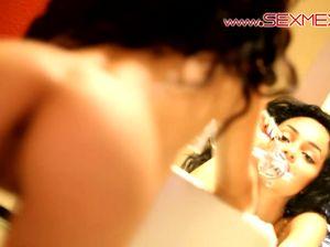 Смазливая девушка подросток позирует возле зеркала