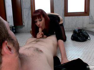Госпожа доминирует над телом раба в туалете