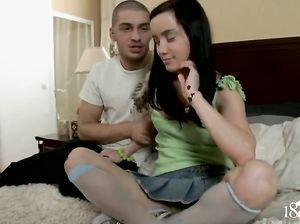 Первый анальный секс 18-летней русской брюнетки