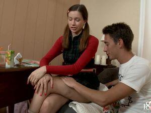 Придя до подружки якобы поучить уроки, парень с легкостью соблазнил русскую студентку