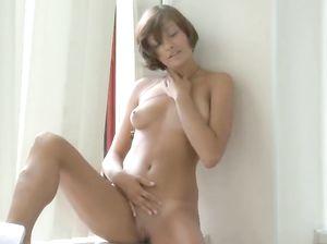 18-летняя красивая малышка жарит игрушкой лысую пизду