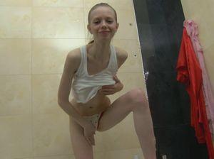 Очень худая девочка принимает ванну и трогает себя за писю