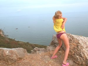 Паренек возле моря трахнул подругу маленьким членом и снял все на камеру