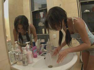 18-летняя девица мастурбирует вибратором свою пизду