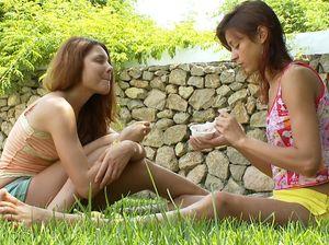 Худые подруги хорошо трахнулись на траве