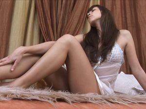 Эротическое представление от девушки в белом пеньюаре и прозрачных трусиках