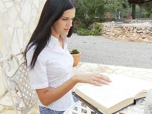 Скромная студентка отвлеклась от книг и выебала самотыками письку и попку